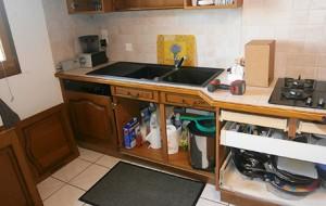 cuisine démontée, partie basse des meubles. Les portes et tiroirs ont été retirés.