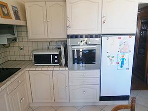 photo représentant une cuisine où seules les portes ont été rénovées.