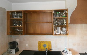 cuisine en cours de démontage, partie haute des meubles. Les portes ont été retirées.