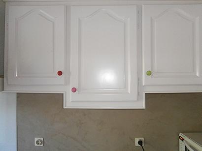 Photo représentant des portes de placards rénovées avec une laque blanc crème et des boutons de portes de différentes couleurs