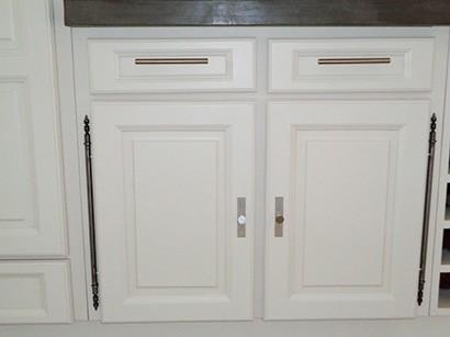 Photo des portes d'une cuisine rénovée avec une laque blanche