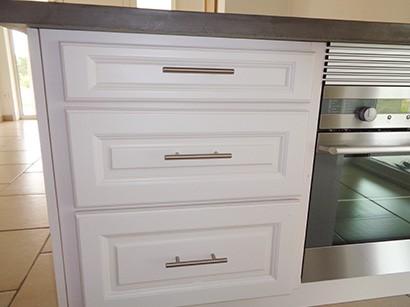 Photo de façades de tiroirs laqués blancs