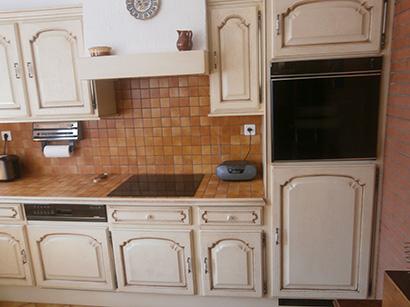 Photo d'une cuisine où seul les portes ont été rénovées avec une patine à l'ancienne beige et chocolat