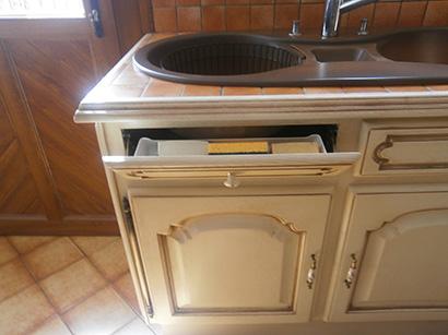 Photo d'une façade de tiroir transformé en porte-savon et éponge